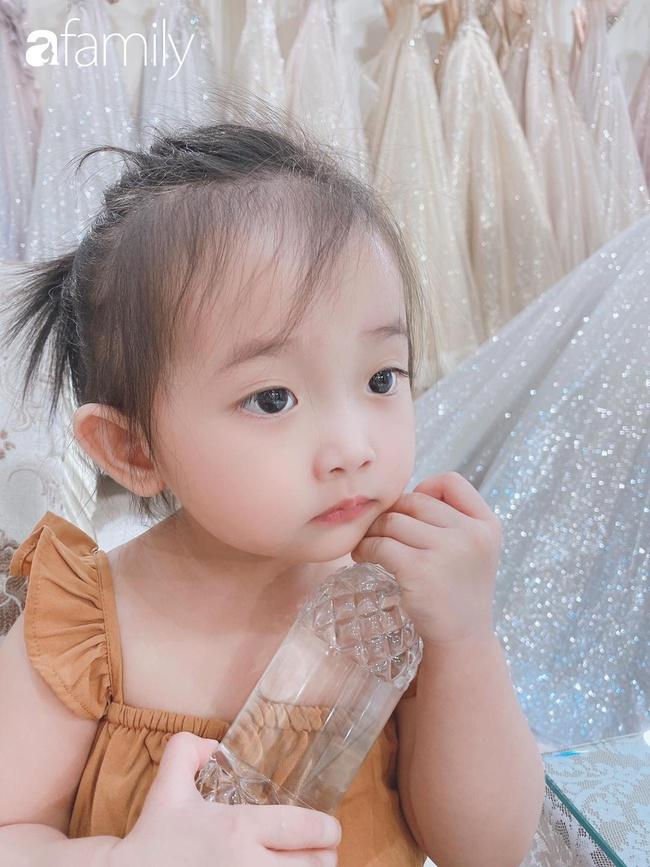 Ngắm loạt ảnh hiện tại con gái Khánh Thi, cô bé từng sinh non 1,9kg giờ đã phổng phao, ngoại hình hệt bố nhưng tính tình đặc mẹ - Ảnh 12.
