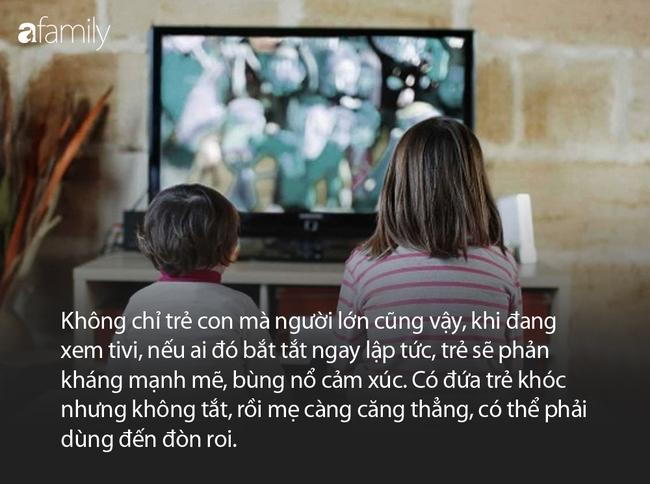 Con mải xem tivi không chịu tắt, 3 bà mẹ có 3 câu nói hoàn toàn khác nhau và hiệu quả cũng khác biệt rõ rệt - Ảnh 2.
