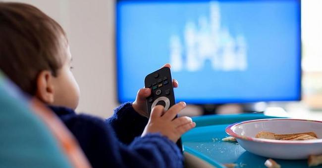 Con mải xem tivi không chịu tắt, 3 bà mẹ có 3 câu nói hoàn toàn khác nhau và hiệu quả cũng khác biệt rõ rệt - Ảnh 3.