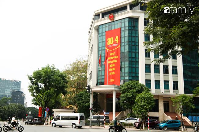 Nới lỏng cách ly xã hội ngay trước dịp nghỉ lễ, đường phố Hà Nội lại rợp trời cờ đỏ sao vàng, không khí vui tươi tràn về sau những ngày thưa thớt bóng người - Ảnh 1.