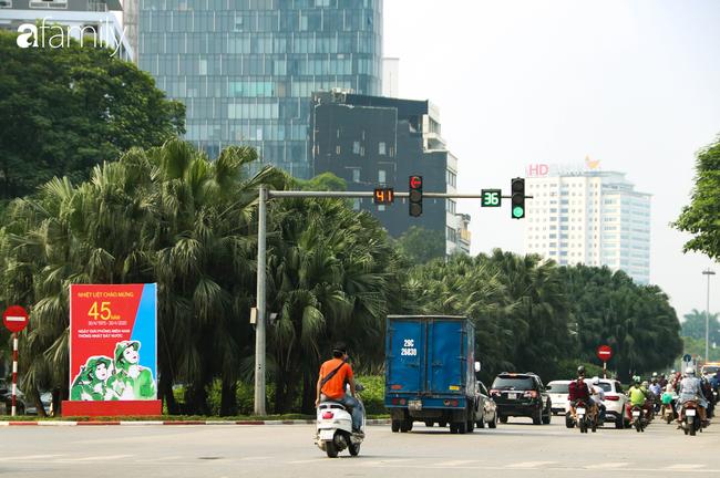 Nới lỏng cách ly xã hội ngay trước dịp nghỉ lễ, đường phố Hà Nội lại rợp trời cờ đỏ sao vàng, không khí vui tươi tràn về sau những ngày thưa thớt bóng người - Ảnh 2.