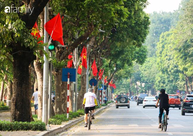Nới lỏng cách ly xã hội ngay trước dịp nghỉ lễ, đường phố Hà Nội lại rợp trời cờ đỏ sao vàng, không khí vui tươi tràn về sau những ngày thưa thớt bóng người - Ảnh 3.