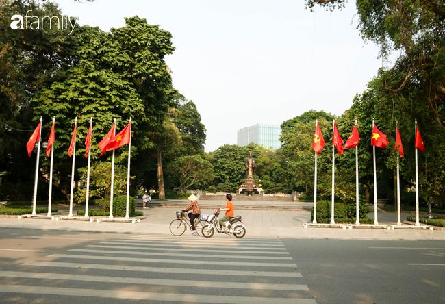 Nới lỏng cách ly xã hội ngay trước dịp nghỉ lễ, đường phố Hà Nội lại rợp trời cờ đỏ sao vàng, không khí vui tươi tràn về sau những ngày thưa thớt bóng người - Ảnh 4.
