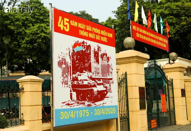 Nới lỏng cách ly xã hội ngay trước dịp nghỉ lễ, đường phố Hà Nội lại rợp trời cờ đỏ sao vàng, không khí vui tươi tràn về sau những ngày thưa thớt bóng người - Ảnh 5.