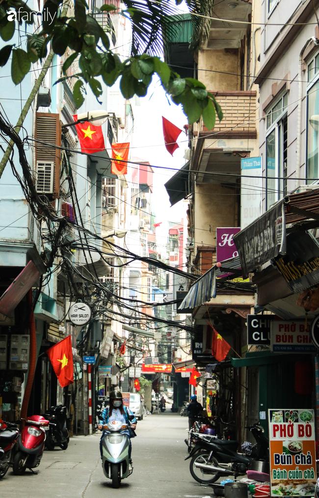 Nới lỏng cách ly xã hội ngay trước dịp nghỉ lễ, đường phố Hà Nội lại rợp trời cờ đỏ sao vàng, không khí vui tươi tràn về sau những ngày thưa thớt bóng người - Ảnh 7.