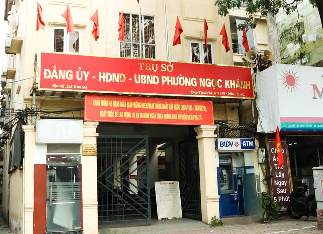 Nới lỏng cách ly xã hội ngay trước dịp nghỉ lễ, đường phố Hà Nội lại rợp trời cờ đỏ sao vàng, không khí vui tươi tràn về sau những ngày thưa thớt bóng người - Ảnh 8.