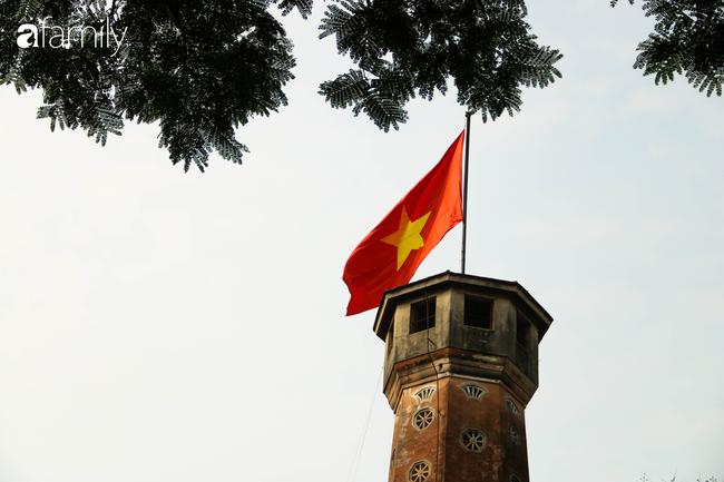 Nới lỏng cách ly xã hội ngay trước dịp nghỉ lễ, đường phố Hà Nội lại rợp trời cờ đỏ sao vàng, không khí vui tươi tràn về sau những ngày thưa thớt bóng người - Ảnh 9.