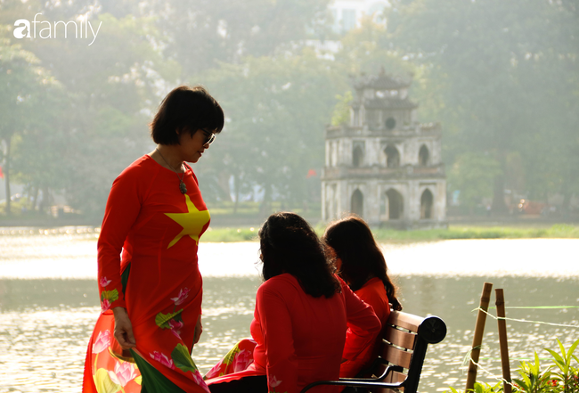 Nới lỏng cách ly xã hội ngay trước dịp nghỉ lễ, đường phố Hà Nội lại rợp trời cờ đỏ sao vàng, không khí vui tươi tràn về sau những ngày thưa thớt bóng người - Ảnh 10.