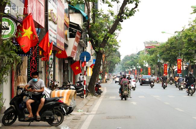 Nới lỏng cách ly xã hội ngay trước dịp nghỉ lễ, đường phố Hà Nội lại rợp trời cờ đỏ sao vàng, không khí vui tươi tràn về sau những ngày thưa thớt bóng người - Ảnh 11.