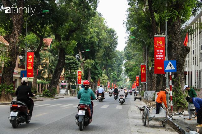 Nới lỏng cách ly xã hội ngay trước dịp nghỉ lễ, đường phố Hà Nội lại rợp trời cờ đỏ sao vàng, không khí vui tươi tràn về sau những ngày thưa thớt bóng người - Ảnh 12.