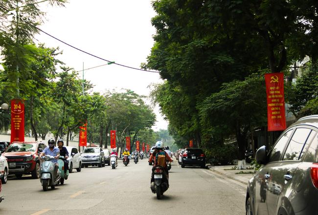 Nới lỏng cách ly xã hội ngay trước dịp nghỉ lễ, đường phố Hà Nội lại rợp trời cờ đỏ sao vàng, không khí vui tươi tràn về sau những ngày thưa thớt bóng người - Ảnh 13.