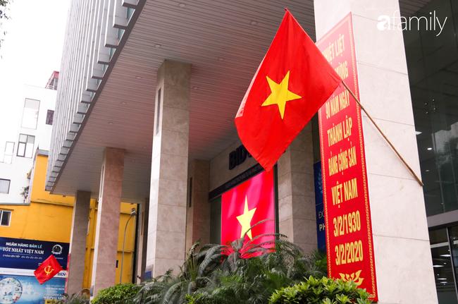 Nới lỏng cách ly xã hội ngay trước dịp nghỉ lễ, đường phố Hà Nội lại rợp trời cờ đỏ sao vàng, không khí vui tươi tràn về sau những ngày thưa thớt bóng người - Ảnh 14.