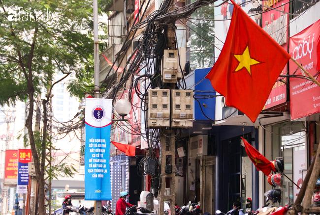 Nới lỏng cách ly xã hội ngay trước dịp nghỉ lễ, đường phố Hà Nội lại rợp trời cờ đỏ sao vàng, không khí vui tươi tràn về sau những ngày thưa thớt bóng người - Ảnh 16.