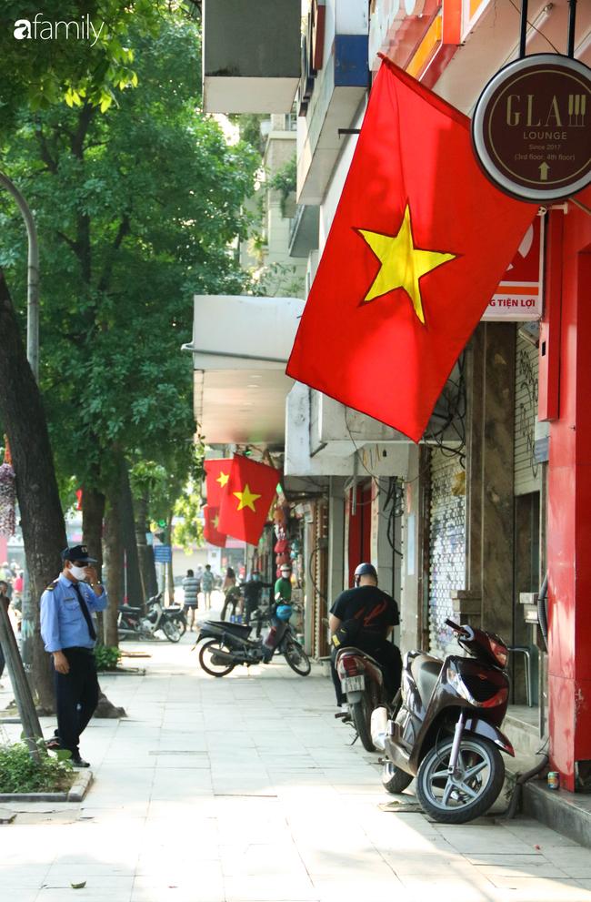 Nới lỏng cách ly xã hội ngay trước dịp nghỉ lễ, đường phố Hà Nội lại rợp trời cờ đỏ sao vàng, không khí vui tươi tràn về sau những ngày thưa thớt bóng người - Ảnh 18.