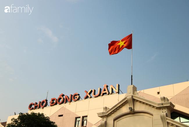 Nới lỏng cách ly xã hội ngay trước dịp nghỉ lễ, đường phố Hà Nội lại rợp trời cờ đỏ sao vàng, không khí vui tươi tràn về sau những ngày thưa thớt bóng người - Ảnh 20.