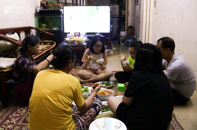Sau nhiều ngày thực hiện cách ly xã hội, người Hà Nội nghỉ lễ chỉ cần được đi du lịch ở Hồ Gươm để ăn kem Tràng Tiền cho đỡ nhớ - Ảnh 1.