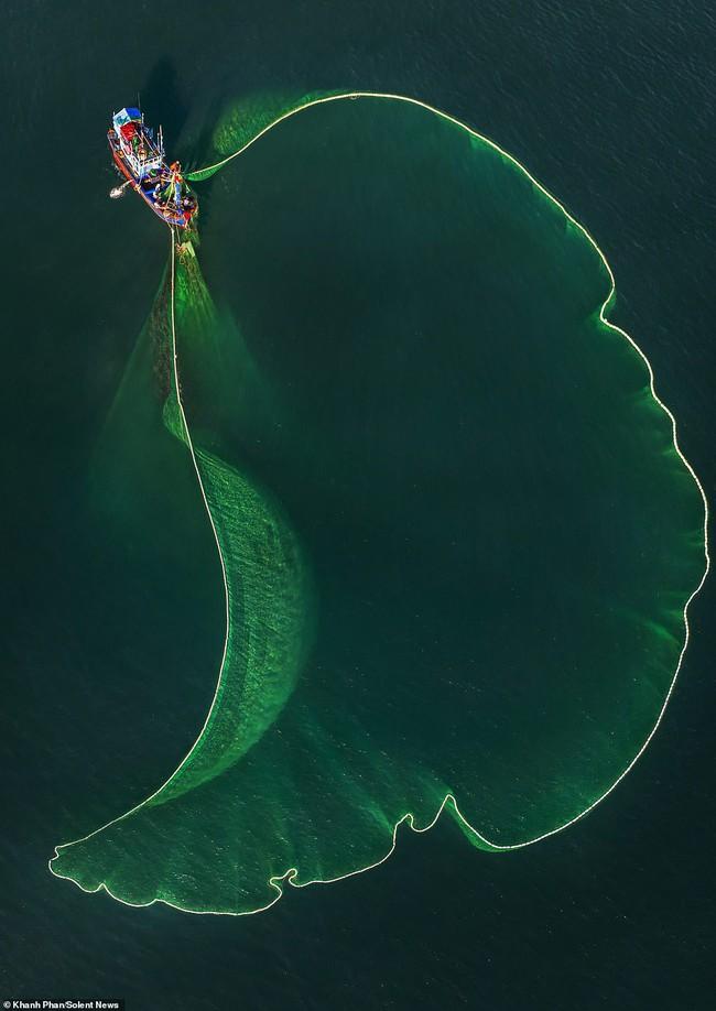 Cảnh người dân tung lưới đánh cá ở Phú Yên đầy mê hoặc được báo nước ngoài chia sẻ và ca ngợi hết lời - Ảnh 7.