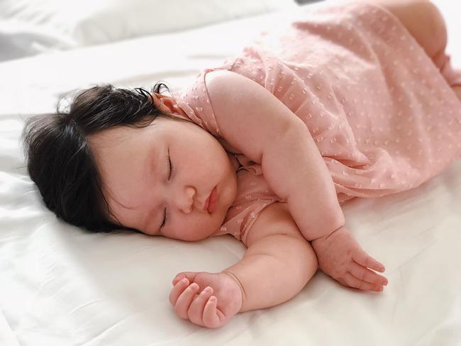 Vai mỏi nhừ vì bế Myla ru ngủ lúc 11 tháng tuổi, siêu mẫu Hà Anh quyết tâm luyện ngủ cho con, muộn nhưng vẫn thành công - Ảnh 1.