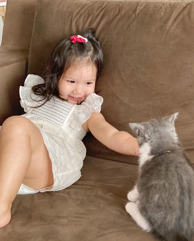 Vai mỏi nhừ vì bế Myla ru ngủ lúc 11 tháng tuổi, siêu mẫu Hà Anh quyết tâm luyện ngủ cho con, muộn nhưng vẫn thành công - Ảnh 2.