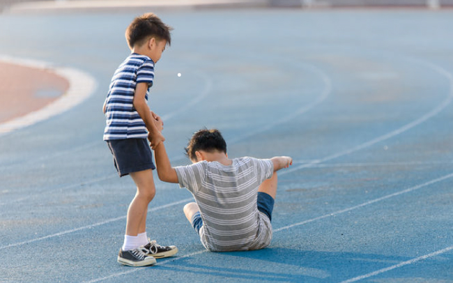 Trẻ có chỉ số EQ thấp thường có 5 biểu hiện dưới đây, cha mẹ sửa ngay cho con còn kịp - Ảnh 1.