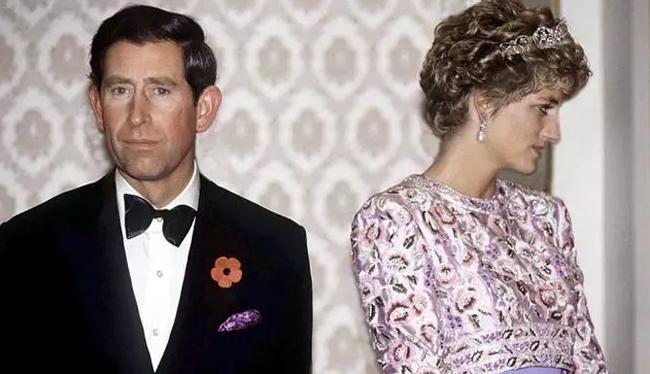 """Sự thật phía sau bức ảnh Công nương Diana bật khóc tại sân bay: Cứ ngỡ cuộc chia ly đầy cảm động hóa ra là giây phút biết mình là """"người thừa"""" - Ảnh 5."""