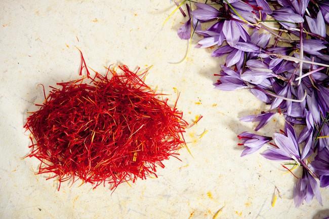 """Cận cảnh quá trình thu hoạch saffron - thứ gia vị đắt nhất thế giới được mệnh danh """"vàng đỏ"""" có giá hàng tỷ đồng 1kg, từng được Nữ hoàng Ai Cập dùng để dưỡng nhan - Ảnh 8."""