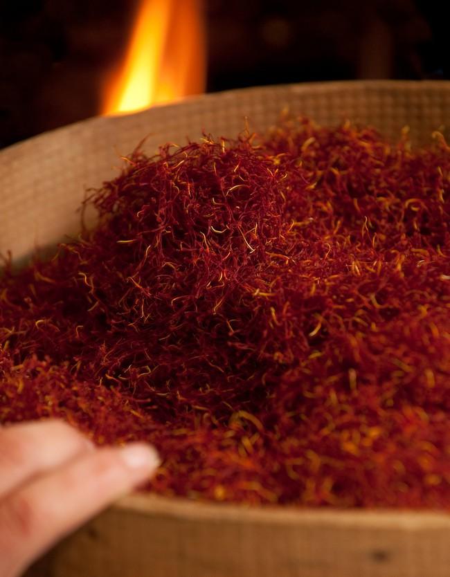 """Cận cảnh quá trình thu hoạch saffron - thứ gia vị đắt nhất thế giới được mệnh danh """"vàng đỏ"""" có giá hàng tỷ đồng 1kg, từng được Nữ hoàng Ai Cập dùng để dưỡng nhan - Ảnh 7."""