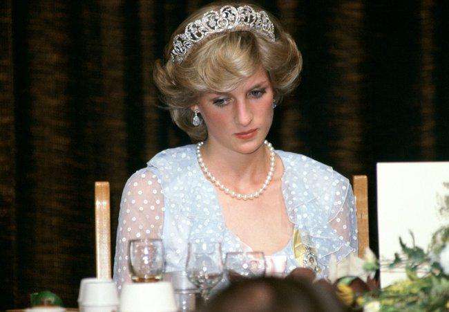 """Sự thật phía sau bức ảnh Công nương Diana bật khóc tại sân bay: Cứ ngỡ cuộc chia ly đầy cảm động hóa ra là giây phút biết mình là """"người thừa"""" - Ảnh 3."""