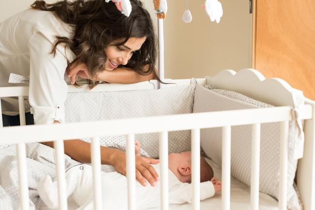 """Không phải cứ ôm con, hay để mặc con khóc là con sẽ ngủ xuyên đêm đâu, chuyên gia về giấc ngủ chỉ một vài """"chiêu"""" giúp cha mẹ rèn con ngủ xuyên đêm dễ dàng - Ảnh 1."""
