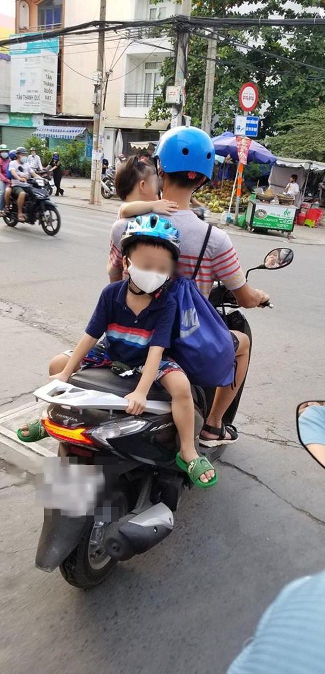 Bố chở con đi chơi bằng xe máy, nhưng vị trí ngồi của 2 đứa nhỏ khiến cả khu phố bất an - Ảnh 3.