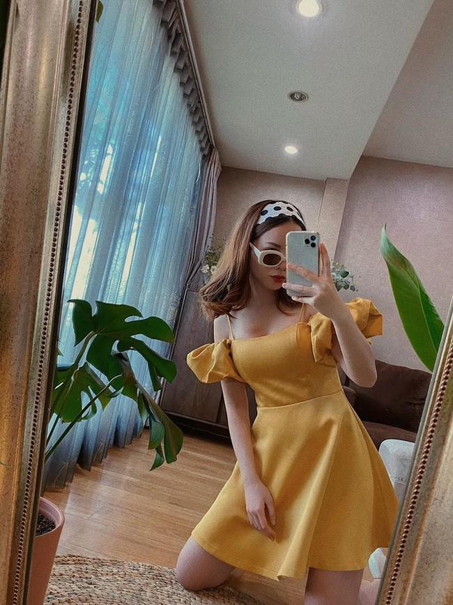 Yến Trang trẻ trung khi diện đầm vàng selfie.