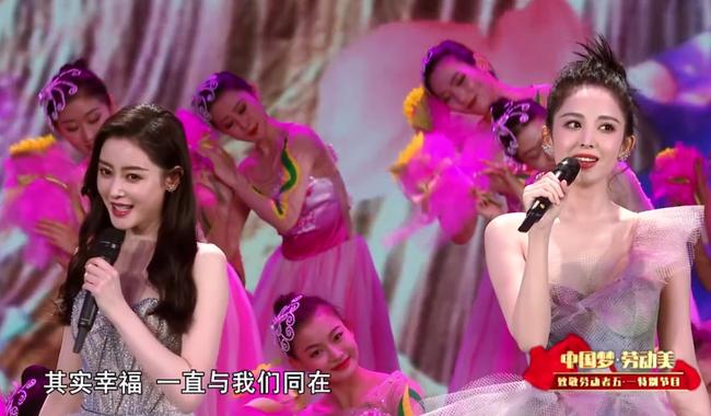 Vượt ồn ào chơi xấu đàn chị, Trương Thiên Ái xuất hiện như nữ thần nhưng nhan sắc phải e dè Cổ Lực Na Trát  - Ảnh 2.
