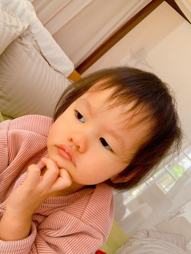 Con gái Phan Như Thảo hơn 3 tuổi đã biết sấy tóc cho mẹ nhưng người đẹp tiết lộ thảm cảnh sau đó ai cũng cười nắc nẻ - Ảnh 3.
