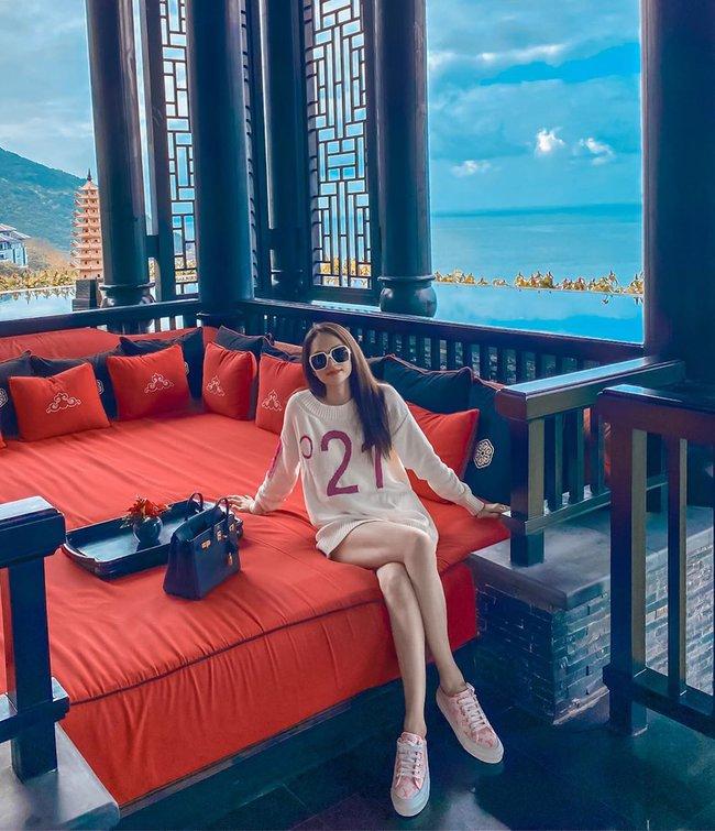 Hương Giang để lộ đôi chân thon dài khi mặc style giấu quần.