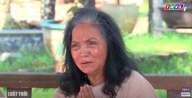 """""""Luật trời"""" tập 32: Bà mụ gào khóc quỳ lạy trước ba Tiến, đúng lúc này Trang (Ngọc Lan) ập đến bất ngờ  - Ảnh 6."""