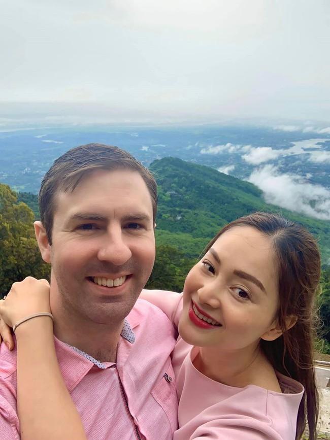 Lan Phương tranh thủ selfie với chồng Tây khi gia đình đi du lịch Ba Vì.