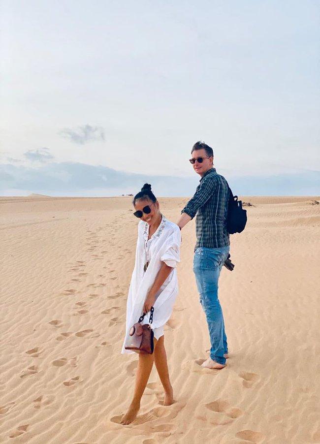Đoan Trang bộc bạch: Lâu rồi nhà Sol mới được vui tung tăng hớn hở trên cát như vầy.