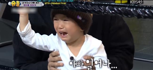 """Kang Gary (Running Man) giả chết để trêu con trai khóc lóc thảm thiết trên truyền hình bị khán giả """"ném đá"""" tơi bời  - Ảnh 2."""