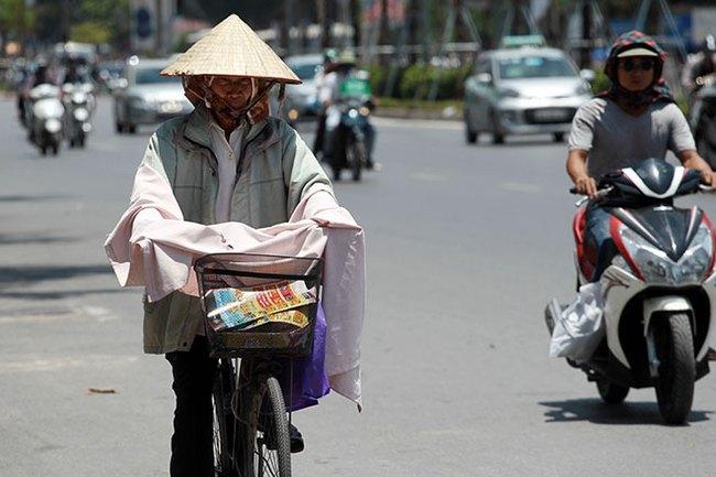 Nắng nóng gay gắt ở Hà Nội và các tỉnh Bắc, Trung Bộ kéo dài đến bao giờ? - Ảnh 1.