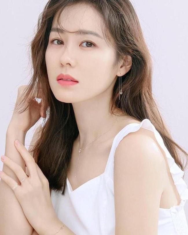 """Giữa lúc rộ tin đồn tái hợp, Song Hye Kyo lại thua """"tình tin đồn của Hyun Bin"""" Son Ye Jin trong cuộc chiến nhan sắc - Ảnh 2."""