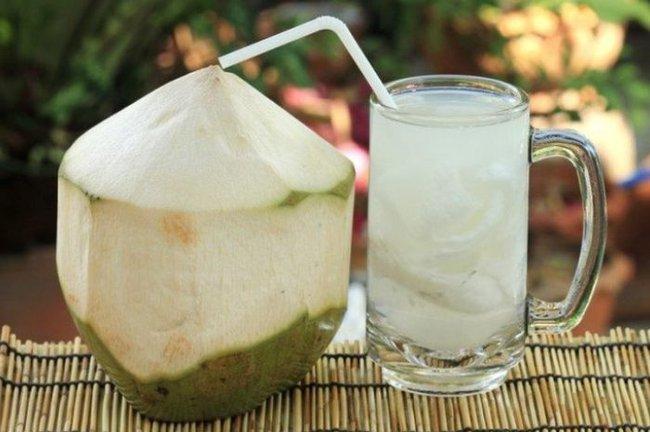 """Phụ nữ chăm uống nước dừa vào mùa hè sẽ vừa giảm cân, đẹp da lại nhận được hàng loạt """"tin vui"""" cho sức khỏe mà thuốc bổ cũng khó làm được - Ảnh 1."""