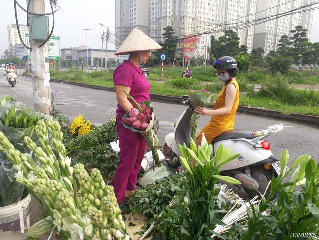 Tháng 5, sen hồng, sen trắng đầu mùa bán đầy các chợ, giá chỉ 30-120 ngàn đồng/bó, bà nội trợ thi nhau mua về cắm vì vẻ đẹp tao nhã - Ảnh 3.