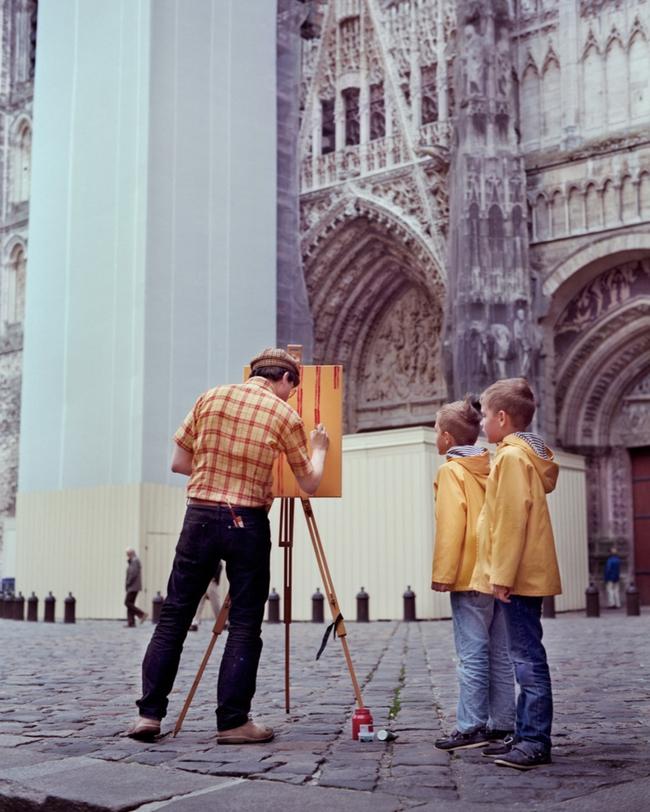 Bộ đôi họa sĩ và nhiếp ảnh gia lặn lội đi khắp châu Âu chỉ để cho ra đời bộ ảnh chụp các bức vẽ... chiếc áo đang mặc trên người - Ảnh 8.