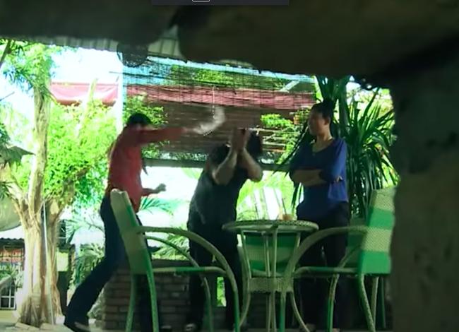 """""""Mẹ ghẻ"""": Cô Tuyết (Mai Thanh Hà) đánh ghen bồ trẻ giữa quán nước thì gặp tai nạn đổ máu - Ảnh 3."""