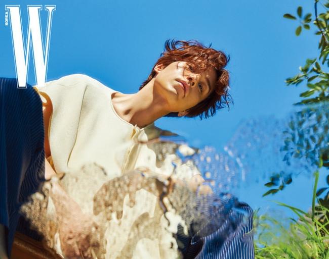 """Lee Dong Wook gây sốt với màn """"hack tuổi"""" đỉnh cao, tiết lộ mối quan hệ đặc biệt với Gong Yoo đã giúp anh thoát khỏi khủng hoảng - Ảnh 1."""