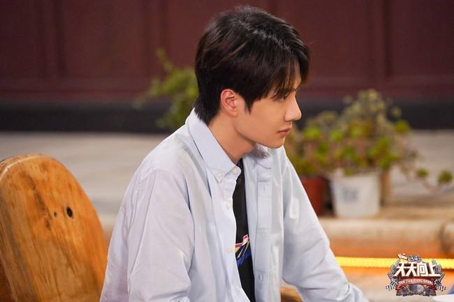 """Vừa hết """"Hữu Phỉ"""", Vương Nhất Bác đã đóng phim với chồng Trần Nghiên Hy, đẹp trai cực phẩm khi đọc kịch bản  - Ảnh 9."""