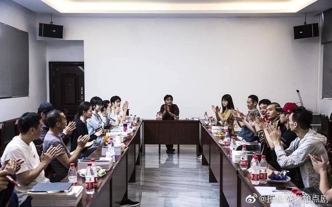 """Vừa hết """"Hữu Phỉ"""", Vương Nhất Bác đã đóng phim với chồng Trần Nghiên Hy, đẹp trai cực phẩm khi đọc kịch bản  - Ảnh 3."""