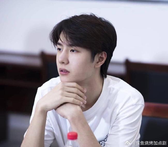 """Vừa hết """"Hữu Phỉ"""", Vương Nhất Bác đã đóng phim với chồng Trần Nghiên Hy, đẹp trai cực phẩm khi đọc kịch bản  - Ảnh 2."""