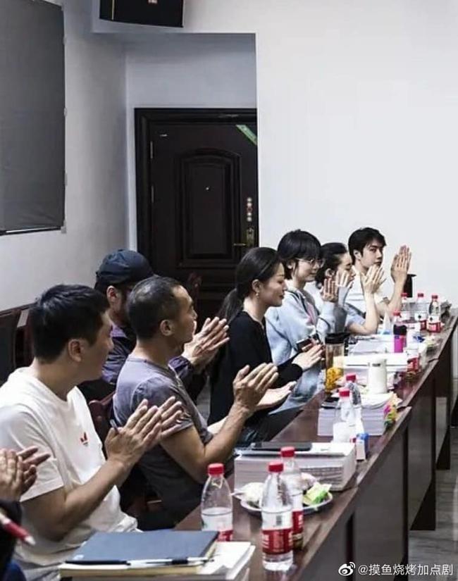 """Vừa hết """"Hữu Phỉ"""", Vương Nhất Bác đã đóng phim với chồng Trần Nghiên Hy, đẹp trai cực phẩm khi đọc kịch bản  - Ảnh 4."""