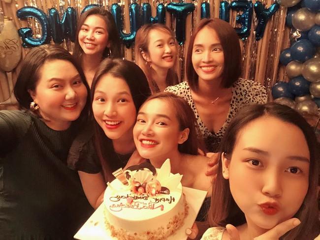 Tiệc sinh nhật Nhã Phương, Trường Giang vẫn quyết diện đôi dép tổ ong thần thánh để khiêu vũ cùng bà xã - Ảnh 1.